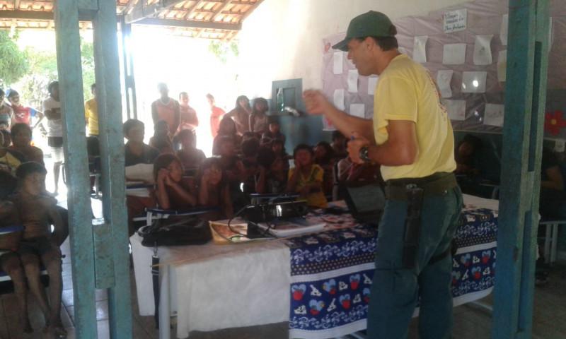 A secretaria municipal de meio ambiente, em parceria com o IBAMA/Prevfogo, realizou nesta quarta-feira, 22, educação ambiental na escola indígena Croc Croc, na aldeia Cachoeira.