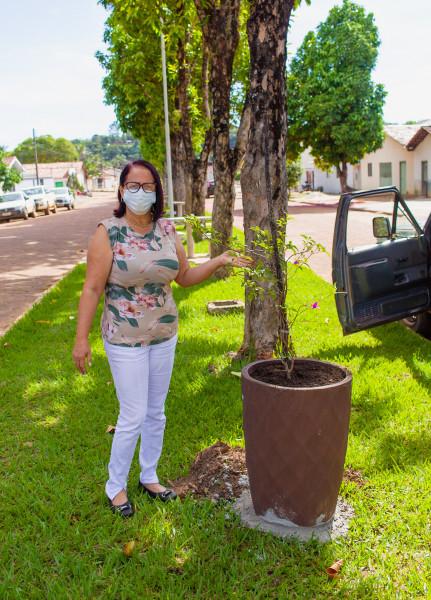 Prefeita Maria Aparecida realizando plantio. Foto: Telma Viana