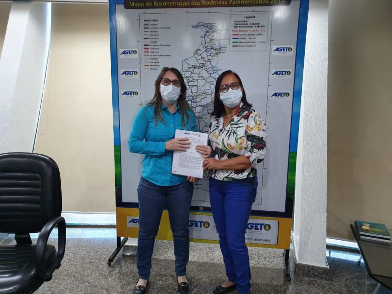 Prefeita de Itacajá, Maria Aparecida, entregando ofício para a Presidente da AGETO, Juliana Passarin.