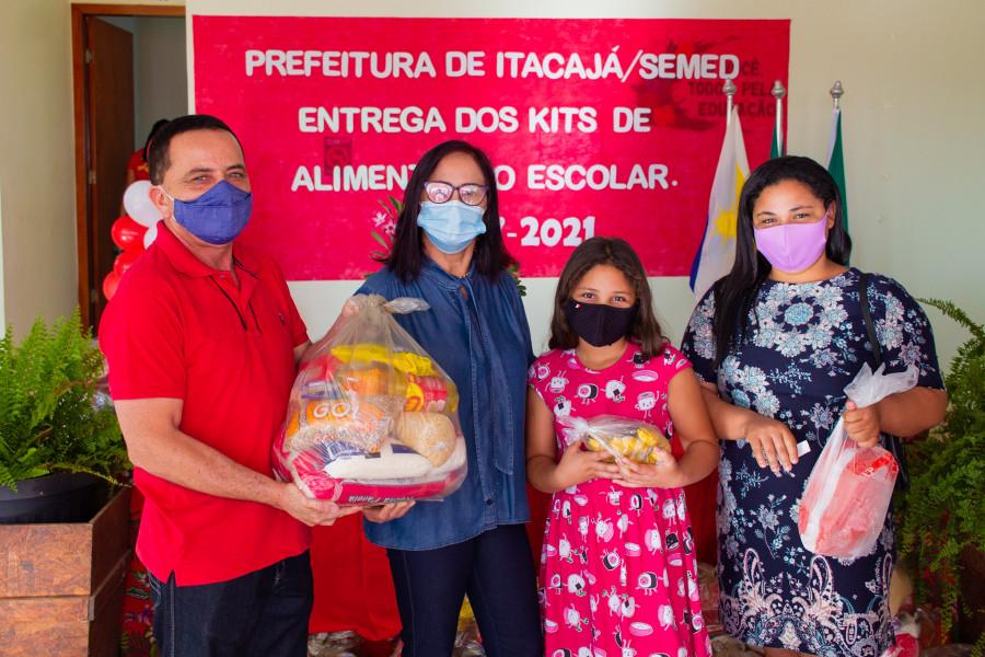 Prefeita de Itacajá, Maria Aparecida e o Secretário Municipal de Educação, João Campos (Leão) realizando entrega de kit