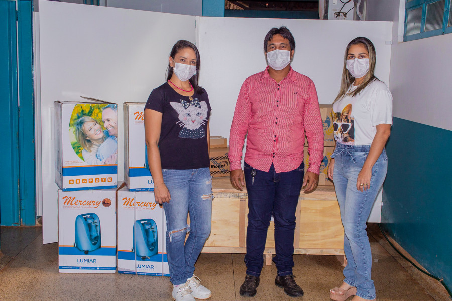 Enfermeira Karoline Costa, Diretora do Hospital, Gustavo Paiva, Secretário Municipal de Saúde e Enfermeira Diana Coelho recebendo os equipamentos hospitalares. Foto: ASCOM/Telma Vianna