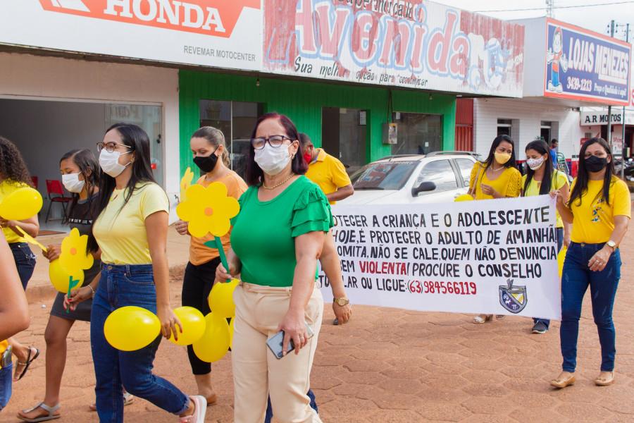 Prefeita Maria Aparecida participando da caminhada. Foto: Telma Vianna