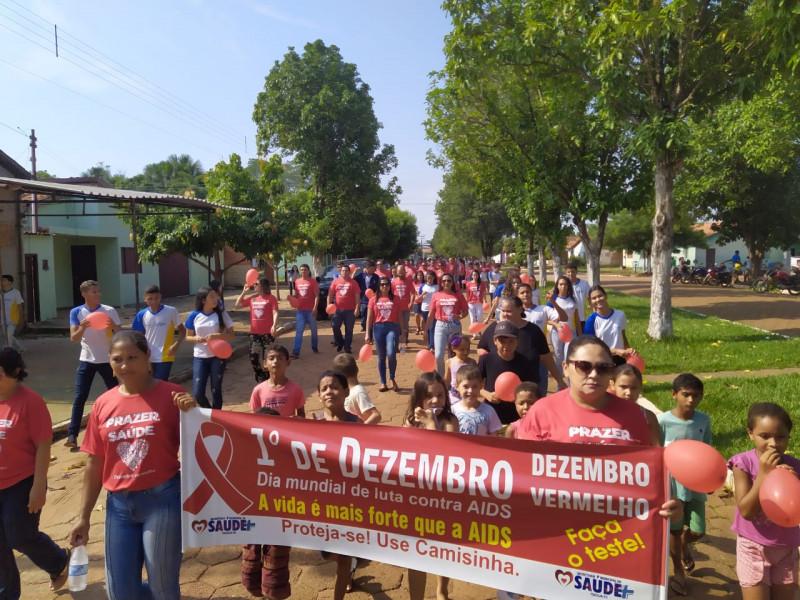 Os participantes saíram da Praia da Orla ás 7:30h, percorrendo diversas avenidas da cidade, carregando cartazes alusivos ao Dia Mundial de Combate à AIDS, pedindo por respeito aos portadores de HIV.