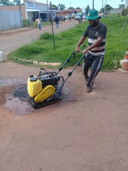 Os buracos, além de propiciar a ocorrência de acidentes, danificam os veículos, impedem a fluidez no trânsito, além de armazenar água das chuvas, aumentando focos de reprodução do mosquito causador da Dengue.